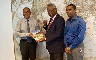Le professeur Armoogum Parsuramen a rencontré le directeur de l'Aapravasi Ghat Trust Fund et un historien prolifique